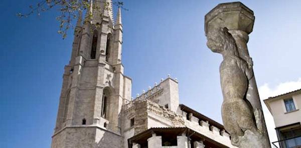 La columna del Culo de la Leona se encuentra en el centro de Girona, frente a la iglesia de Sant Feliu