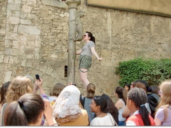 Es muy simpático ver cómo los visitantes de Girona suben hasta la columna del Cul de la Lleona, Costa Brava