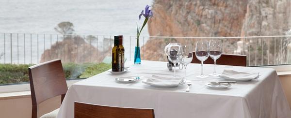 Desayuno en la terraza del Hotel Aiguablava, con vistas sobre las espectaculares paredes de rocas de esta parte de la costa de Begur