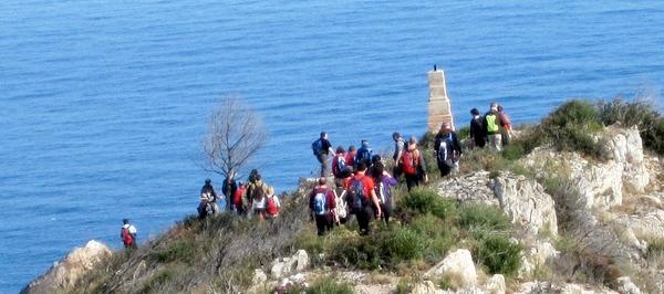 Muchos de los visitantes del Mirador de Sa Tuna, también denominado Mirador de Sant Josep, prosiguen por el camino de ronda hasta el Cap de Begur, donde se encuentra el edificio del Semáforo (a unos 40 minutos)