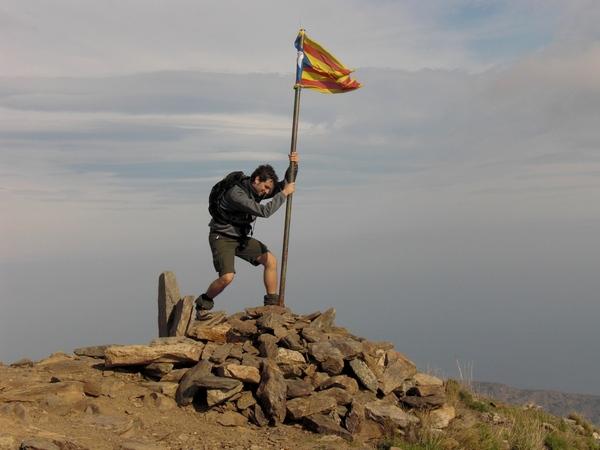 La bandera catalana que ondea sobre el Castillo de Querroig nos recuerda su pasado medieval, cuando perteneció al Condado de Ampúrias