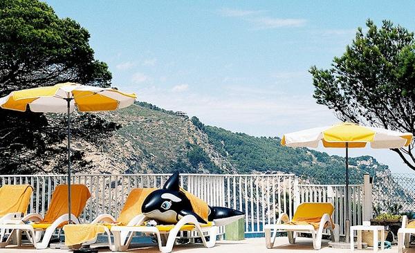 La terraza que se encuentra junto a la piscina del Parador de Aiguablava cuenta también con hamacas sobre las que tomar el sol mientras se disfruta de las vistas