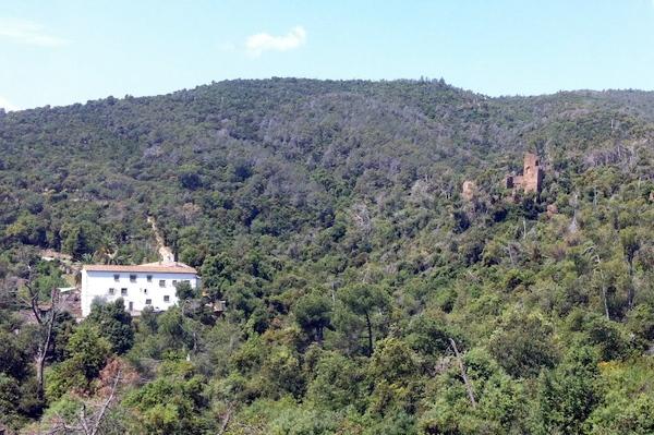 El Castillo de Vila·romà se encuentra junto al Santuario de Bell-lloc, en las primeras estribaciones de las montañas de las Gavarras, Palamós, Costa Brava