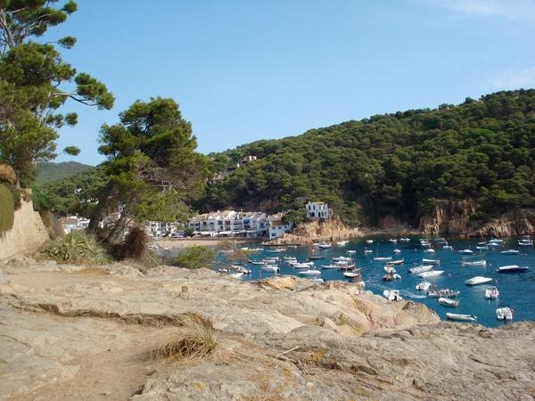 La manera más sencilla de llegar hasta la Cala d'en Roig es desde la Playa de Tamariu