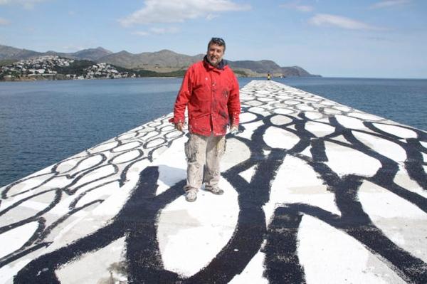 """El pintor Carles Bros sobre su creación """"Banco de Peces"""", el dique frente al puerto de Llançà, en la Costa Brava, que armoniza arte e ingeniería en el medio natural"""