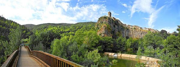 Una de las perspectivas más bonitas para contemplar la pared donde se sitúa Castellfollit de la Roca es el puente que pasa por el río Fluvià