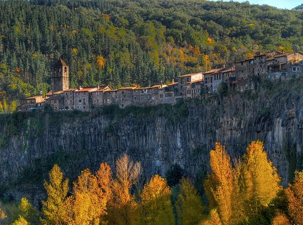 El acantilado de roca basáltica sobre el que se sitúa el pueblo de Castellfollit de la Roca procede de la superposición de dos coladas de lava hace 350.000 años