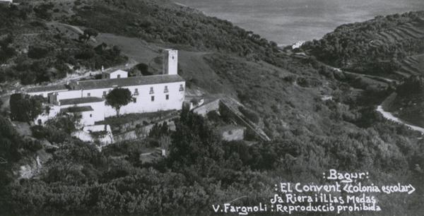 Conservamos imágenes de época, como ésta de principios del siglo XX, que muestra cómo era el Convento de Santa Reparada y su entorno por entonces. La bahía de la derecha es Sa Riera.