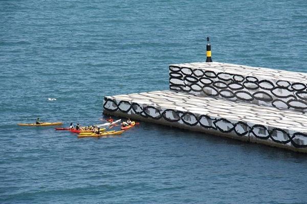 """Desde el Mirador de Castellet, junto al puerto, pudimos comprobar una parte de los bañistas de las playas que rodean Llançà acuden al mural """"Banco de peces"""" con curiosidad"""