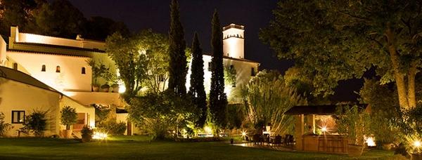 Durante las noches de verano el Hotel El Convento, en Begur, permanece iluminado