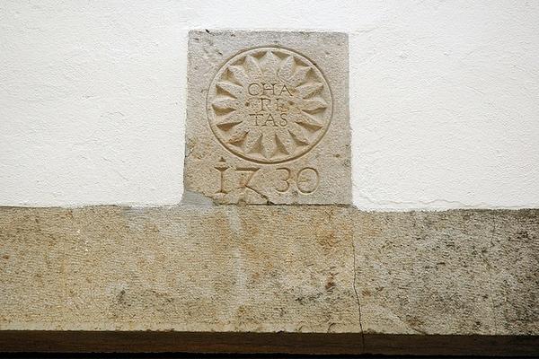 Sobre el pórtico, a la entrada del hotel, podemos ver una inscripción con la fecha de creación de este originariamente edificio religioso en Begur, cerca de la Playa de Sa Riera