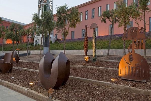 Los Jardines Can Mario, a la entrada del Museo Fundación Vila Casas, son una exposición abierta y gratuita al aire libra con más de 30 creaciones escultóricas de hierro y acero