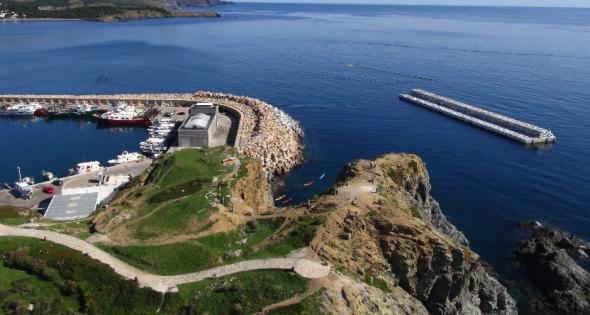 El Puerto de Llançà, tan frecuentemente azotado por el viento de Tramuntana en invierno, necesitaba de un dique que protegiese las embarcaciones