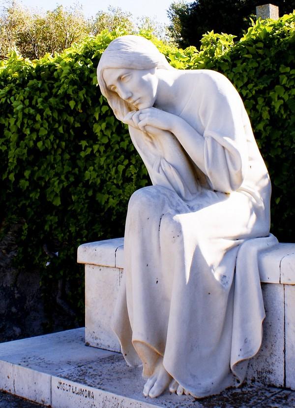 Dulce y encantadora escultura de Josep Llimona, 'Noia' (chica), en el Cementerio de Cadaqués, Portlligat, Costa Brava