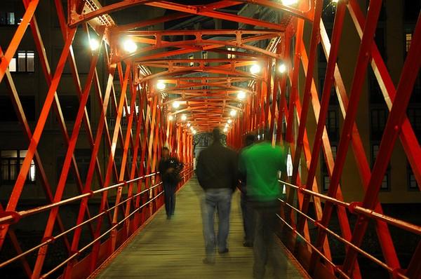 Durante la noche el Puente de las Peixeteries Velles permanece abierto e incluso iluminado