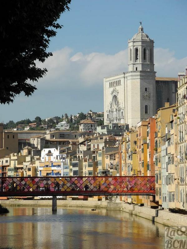 Desde el Puente de les Peixateries Velles obtenemos unas bellas vistas de la Catedral de Girona