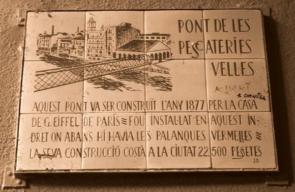 Esta placa, al lado del puente, sobre la calle de les Hortes, muestra el origen de esta estructura, del siglo XIX