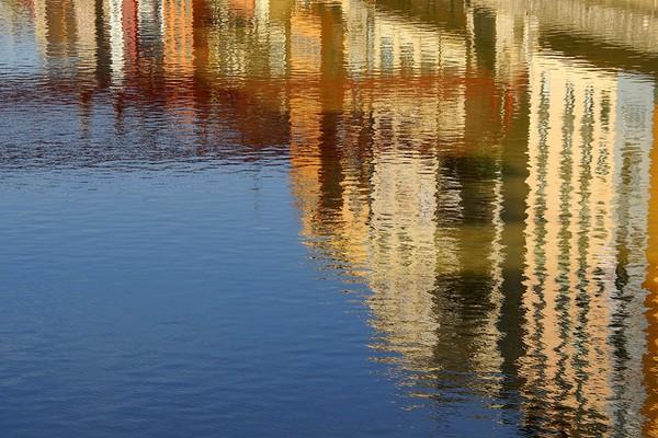 Desde el Puente de les Peixateries Velles se puede ver perfectamente el reflejo de las fachadas de las casas de colores sobre el río Onyar