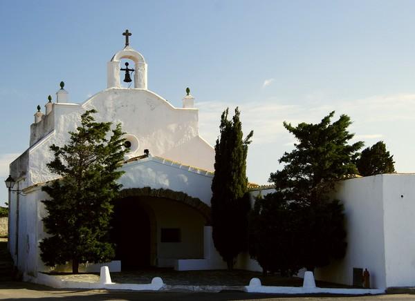 El Cementerio de Cadaqués se encuentra en su pedanía de Portlligat, junto a la Ermita de Sant Baudili