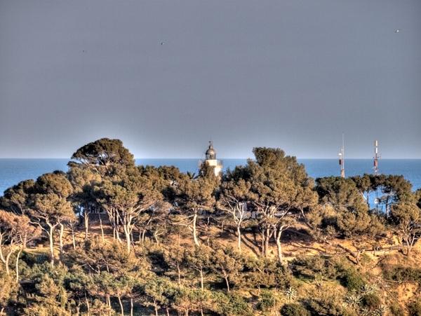 Desde la cima donde se encuentra la Torre de Can Magí es posible ver incluso el Faro de Tossa de Mar.