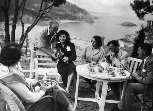 Ava Gardner, Frank Sinatra (encendiendo un pitillo) y sus amigos en Tossa de Mar, años 50, en la Costa Brava