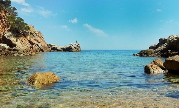 Cala Morisca se encuentra en una pequeña bahía de la costa de Lloret orientada al sudeste, y es muy tranquila, incluso en pleno verano