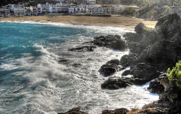Es posible que durante el invierno la fuerza de las temporales sobre la costa deje durante algunos meses a Cala del Rei sin superficie de arena. Siempre se acaba regenerando.