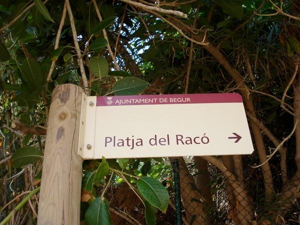 Encontraremos la Cala del Rei bajo el magnífico camino de ronda que desde la Playa de Sa Riera nos deja en la Platja del Racó, casi en Pals, y que pasa sobre la Cala Illa Roja