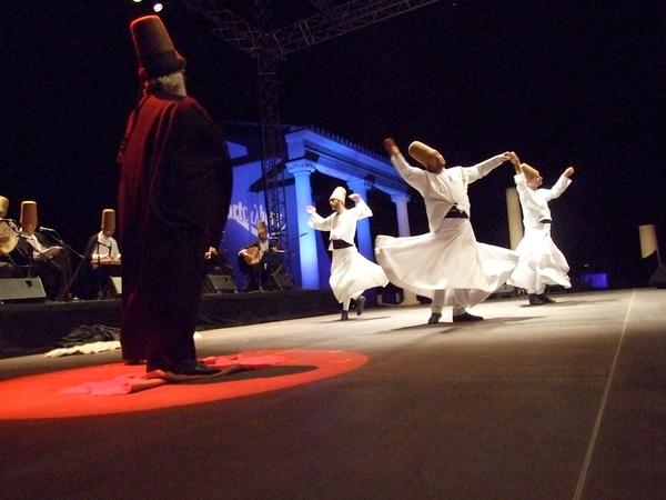 Portalblau es un festival que acerca a la Costa Brava las representaciones musicales del resto del arco mediterráneo: aquí vemos en el Forum Romano de Ampurias un espectáculo de danzas sufíes turcas
