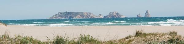 Playa Mas Pinell se encuentra en una zona de dunas, en Torroella de Montgrí, con unas bonitas vistas sobre las Islas Medas