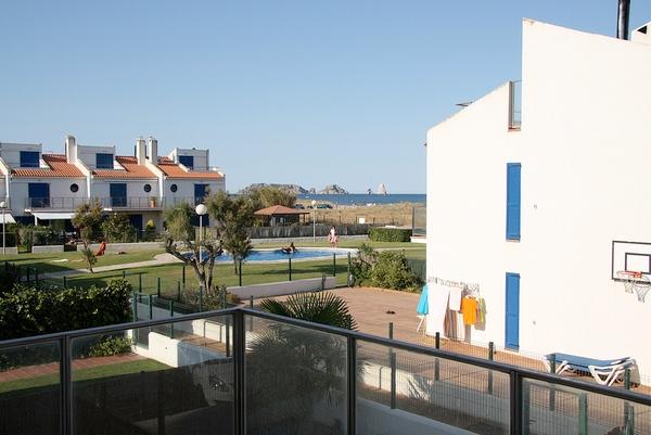 La clave de que Mas Pinell sea una playa tan animada en verano es la urbanización que se encuentra a sus espaldas, muy familiar