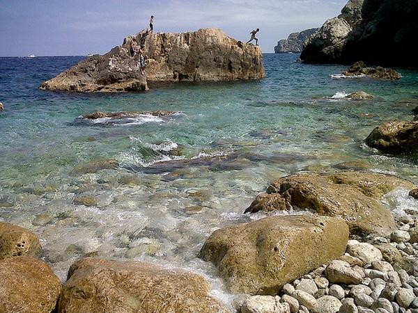 Frente al Mirador del Molinet, al final del paseo marítimo de l'Estartit, Costa Brava, los jóvenes aprovechan para saltar desde las rocas