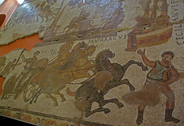 El Mosaico del Circo es la obra más importante del Museo de Historia de Girona. Representa una carrera de caballos y fue descubierto en 1876 es una cercana villa romana a las afueras de Girona.