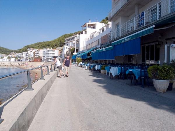 El paseo marítimo entre la Playa de l'Estartit y el Mirador del Molinet es un lugar muy animado, con terrazas, bares y restaurantes