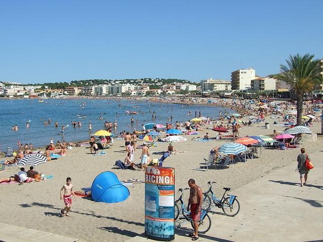 Los monumentos que nos recuerdan la obra de Saint-Exupéry se encuentran sobre una de las playas más familiares y concurridas de l'Escala: Riells