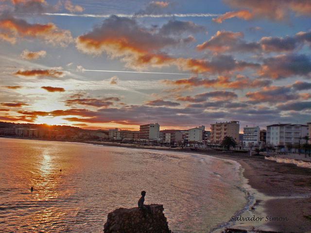 Cada día, el Principito tiene la suerte de poder contemplar sobre su muro de la Playa de Riells todas las salidas y las puestas de sol de la Costa Brava