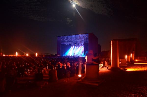 El Forum Romano de Ampurias, junto al yacimiento arqueológico, es el escenario principal y más emblemático del Festival Portalblau, aunque no el único