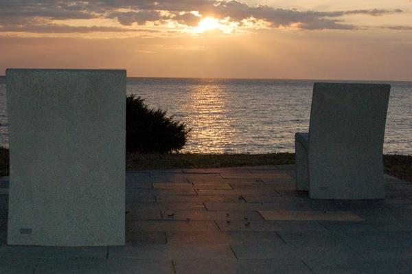 Amanecer sobre el mirador que se encuentra junto a la Playa Sant Jordi, en Llançà, Costa Brava norte