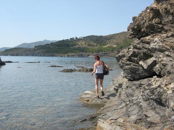 Para llegar hasta Cala Port Joan desde la gran Playa Garbet será necesario recorrer unos 300 metros por la linea de costa. Mejor con sandalias, ya que nos mojaremos los pies.
