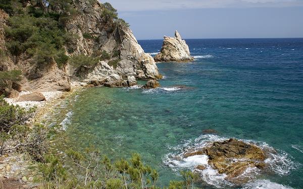 La costa que rodea Cala S'Agüia, la última cala al norte de Blanes, es de un gran dramatismo