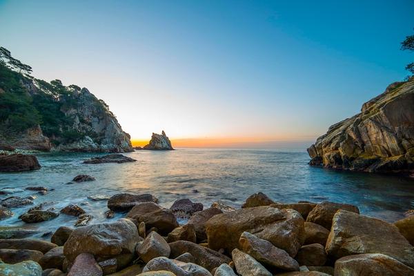 Amanecer de verano en Cala S'Agüia, Blanes, Costa Brava