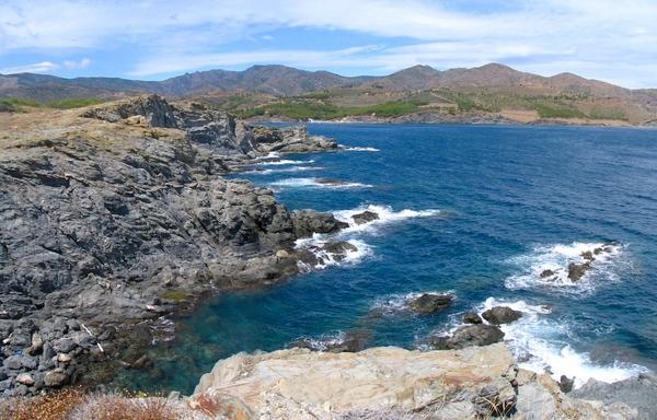 La costa de Cap Ras es ciertamente accidentada. Una vez alcanzamos el extremo de la península, las vistas de la bahía de Garbet y de las playas que la jalonan son extraordinarias