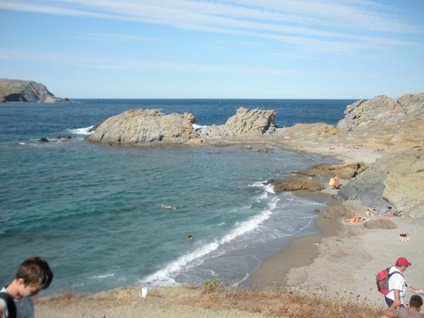 Cap Ras es una zona que permite actividades al aire libre para los bañistas, por las varias playas que alberga, pero también para los senderistas que desde aquí pueden llegar hasta el centro de la localidad de Llançà