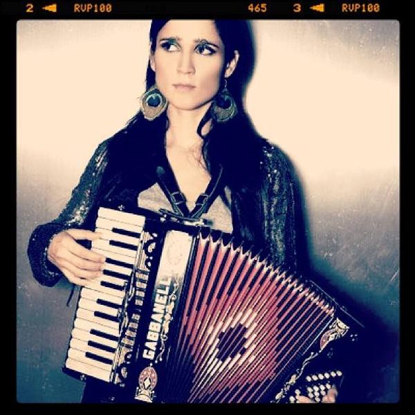 La cantante mejicana Julieta Venegas ha sido una de las estrellas invitadas al Costa Music Festival 2013, de gran éxito de público