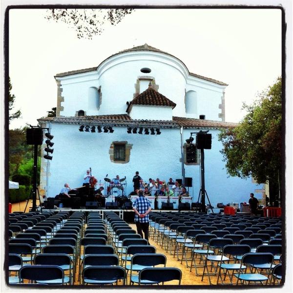 Preparación de uno de los conciertos del Costa Music Festival en el entorno natural de la Ermite de Santa Cristina, en Lloret de Mar
