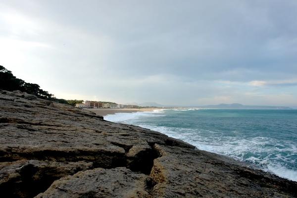 Punta Espinuda, en Begur, es una plataforma rocosa bastante plana que los pescadores aprovechan para lanzar sus cañas, sobre todo en verano