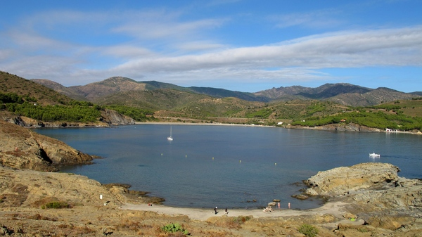 Cala Port d'en Joan se encuentra a unos 300 metros al norte de la Playa Garbet. En la imagen Port Joan es la cala bajo la casita blanca, a la derecha de la linea de costa.