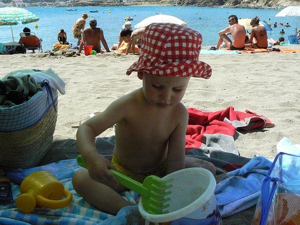 Playa Grifeu es una playa muy familiar, donde las parejas llevan a sus niños. Es importante recordar las medidas básicas de protección: mantener la mayor parte del tiempo bajo el parasol y llevar a ser posible un gorrito