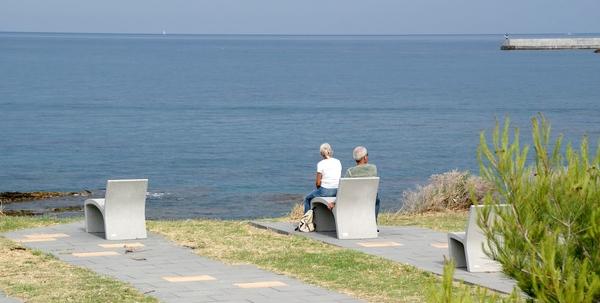 A pocos metros al sur de la Playa Sant Jordi, sobre un ligero promontorio, se encuentra un mirador con sillas estilizadas, que es aprovechado por paseantes del camino de ronda y bañistas para contemplar toda la bahía de Llançà