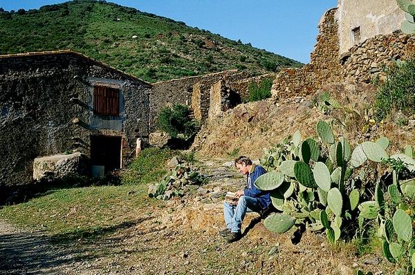 La pedanía abandonada de Molinàs, a las afueras del pueblo de Colera, y en un valle hacia el interior de la Sierra de las Alberas, es uno de los lugares de mayor paz y tranquilidad de toda la zona